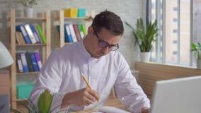 Männlicher Doktor im weißen Mantel, der in der Klinik arbeitet stock video footage