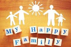 Mój szczęśliwa rodzina Pojęcie z papierowymi rozcięciami i drewnianymi sześcianami zdjęcie stock
