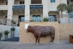 Möbeln Sie die Arten und Namen auf, die auf gemeißeltem Stier an BOA-Steakhouse Abu Dhabi markiert werden stockbild