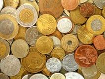 Münzen des alten Geldes von verschiedenen Ländern auf Dollarhintergrund lizenzfreie stockfotos