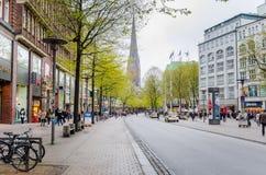 Mönckebergstrasse wykładał z drzewami i sklepami w Hamburskim centrum miasta, Niemcy Fotografia Royalty Free