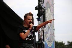 MØ som sjunger på Leefest Royaltyfri Bild