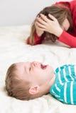 A mãe é cansado, criança está gritando Foto de Stock Royalty Free