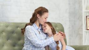 A mãe abraça e beija sua filha video estoque