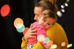 A mãe abraça uma menina que grite Amor materno imagem de stock royalty free