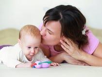 A mãe adora seu bebê bonito Imagem de Stock Royalty Free