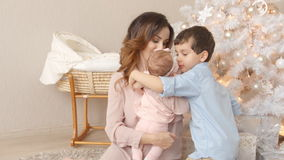A mãe adulta nova com suas crianças no Natal cronometra em casa video estoque