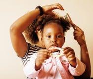 Mãe afro-americana nova doce adorável com a filha pequena bonito, pendurando em casa, tendo o divertimento que joga o sorriso Fotos de Stock Royalty Free