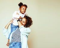 Mãe afro-americana nova doce adorável com menina bonito, fotos de stock
