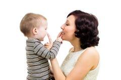 Sira de mãe ao jogo com seu menino do miúdo foto de stock