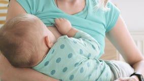 A mãe alimenta-lhe o leite materno do bebê video estoque