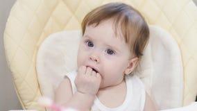 A mãe alimenta o bebê da colher fotografia de stock royalty free