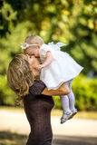 A mãe anda com a criança no jardim no verão Fotos de Stock