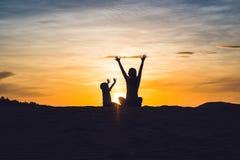 Mãe apta com o filho que corre no deserto em Gran Canaria, Maspa fotos de stock royalty free