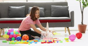 A mãe asiática mantém os brinquedos organizados vídeos de arquivo
