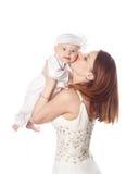 A mãe beija-a primogênito Isolado Imagem de Stock Royalty Free