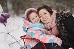 Mãe bonita com a filha no parque do inverno Fotos de Stock