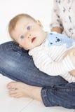 Mãe bonita e bebê que encontram-se na cama na sala de criança Imagem de Stock Royalty Free
