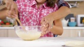 Mãe bonita e doughter novo que cozinham junto na cozinha vídeos de arquivo