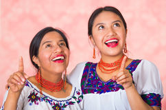 Mãe bonita e filha latino-americanos que vestem a roupa andina tradicional, abraçando ao levantar felizmente junto Foto de Stock Royalty Free