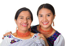 Mãe bonita e filha latino-americanos que vestem a roupa andina tradicional, abraçando ao levantar felizmente junto Fotos de Stock