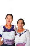 Mãe bonita e filha latino-americanos que vestem a roupa andina tradicional, abraçando ao levantar felizmente junto Imagem de Stock Royalty Free