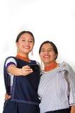 Mãe bonita e filha latino-americanos que vestem a roupa andina tradicional, abraçando ao levantar felizmente junto Imagem de Stock