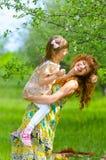 Mãe bonita nova que anda com sua filha no jardim Fotografia de Stock