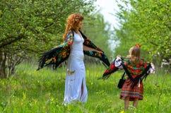 Mãe bonita nova que anda com sua filha no jardim Fotos de Stock