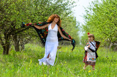 Mãe bonita nova que anda com sua filha no jardim Fotos de Stock Royalty Free