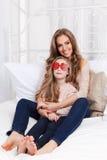 Mãe bonita que abraça sua filha Imagens de Stock