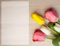 Mãe; cartão do dia de s com tulipas Fotos de Stock Royalty Free