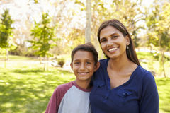 Mãe caucasiano asiática e filho da raça misturada no parque, retrato Imagem de Stock