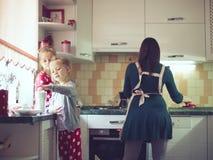 Mãe com as crianças na cozinha Imagem de Stock