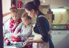 Mãe com as crianças na cozinha Fotos de Stock
