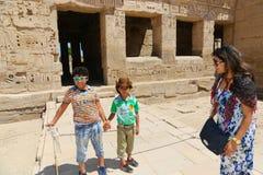 Mãe com as crianças no templo de Habu fotos de stock royalty free