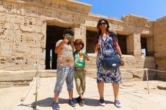 Mãe com as crianças no templo de Habu imagens de stock royalty free