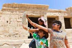 Mãe com as crianças no templo de Habu imagem de stock royalty free