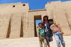 Mãe com as crianças no templo de Habu fotografia de stock