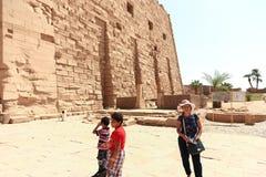 Mãe com as crianças no templo - Egito foto de stock
