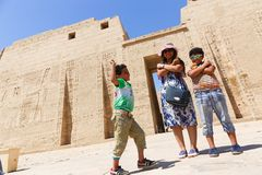 Mãe com as crianças no templo - Egito foto de stock royalty free
