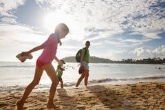 Mãe com as crianças que apreciam uma caminhada tropical da praia foto de stock royalty free