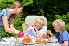 Mãe com as crianças que comem fora Fotos de Stock Royalty Free