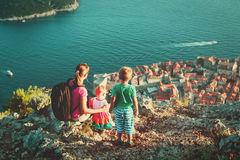 Mãe com as crianças que olham a cidade velha Dubrovnik Imagens de Stock