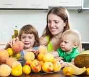 Mãe com as filhas com melão Fotografia de Stock