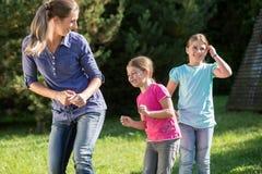 Mãe com as filhas que fazem o exercício da dança fora fotos de stock royalty free