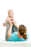 A mãe com bebê faz exercícios ginásticos Fotos de Stock Royalty Free