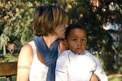 Mãe com a cor da criança adotada Foto de Stock Royalty Free