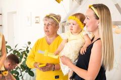 Mãe com a criança e a avó que falam com o alguém fotos de stock