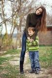 Mãe com a criança exterior Fotos de Stock